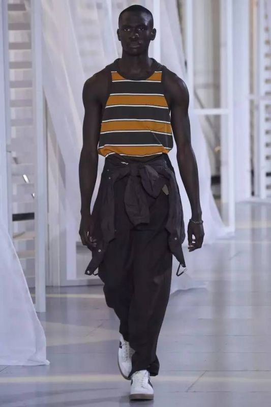 向佐为你推荐的时装单品,让你将简约风穿出潮流范